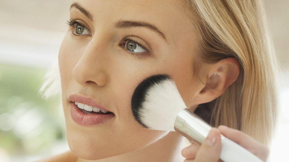 Jak makijażem wyszczuplić twarz? Konturowanie twarzy, dekoltu i szyi