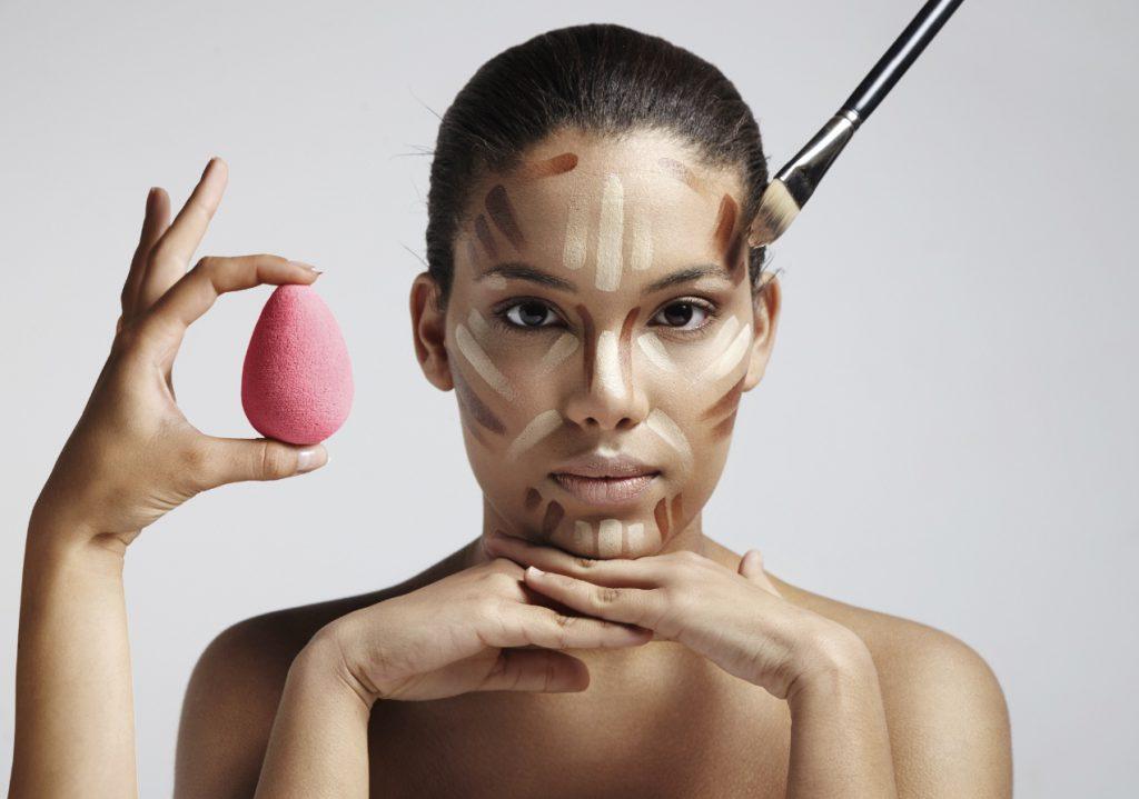Korygowanie twarzy. Jak nakładać podkład, puder i bronzer?