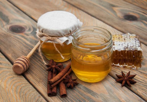 Czy warto dodawać miód do kosmetyków? Przepisy na domowe kosmetyki z miodem