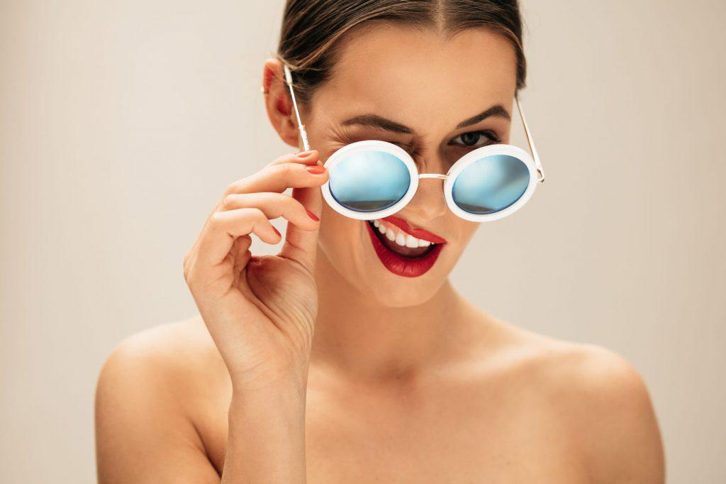 Okulary a piękne brwi. Jak sprawić, że jedno nie będzie wykluczało drugiego?