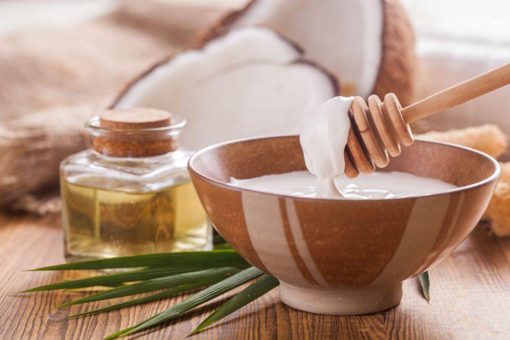 Olej kokosowy na włosy i skórę. Poznaj wszystkie jego właściwości i zastosowania