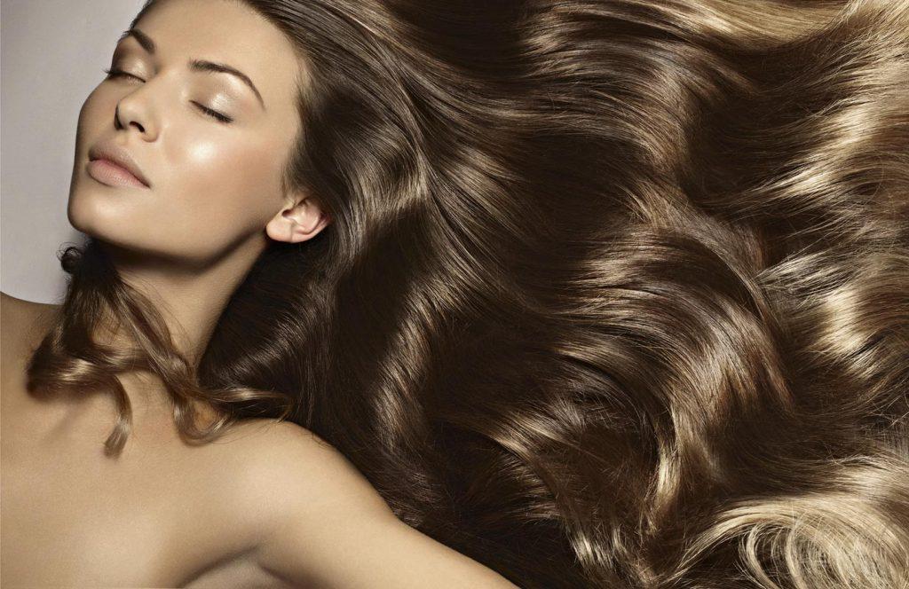 Jak olejek jojoba dba o włosy?