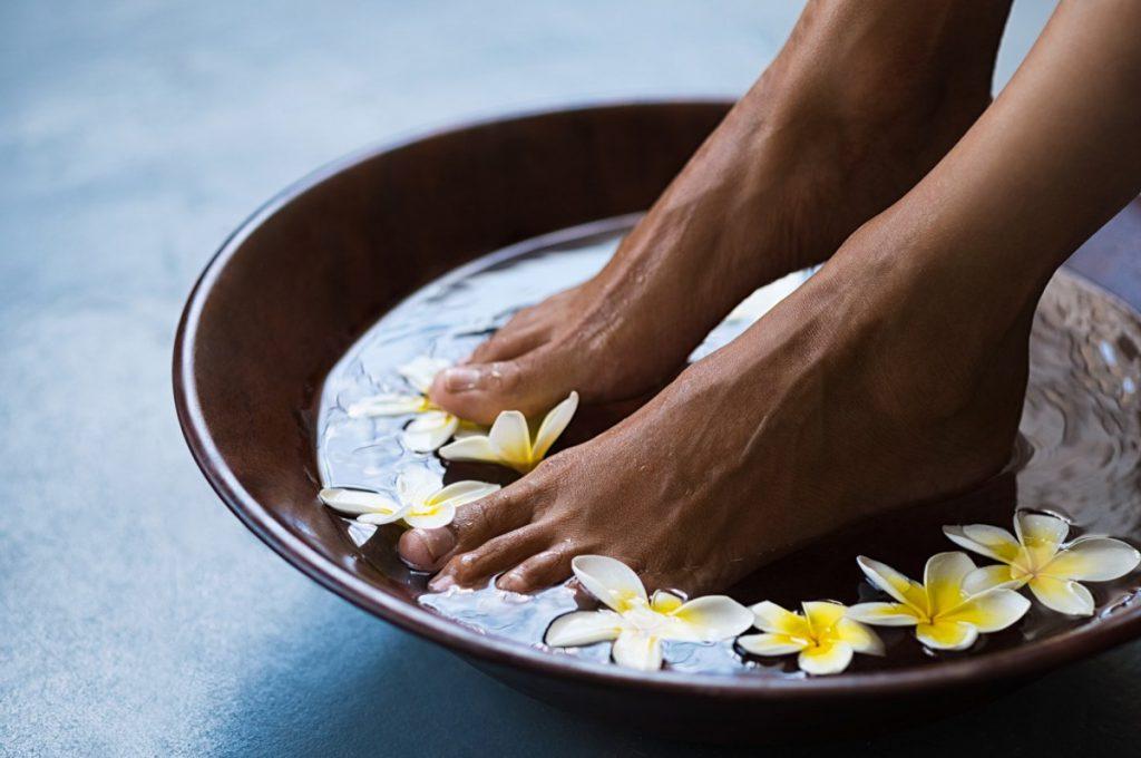 Jak pielęgnować stopy w domu? Domowy pedicure krok po kroku