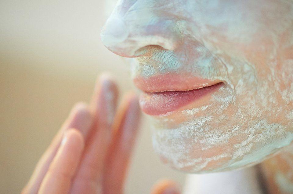 Jak pielęgnować skórę glinkami francuskimi? Rodzaje, zastosowanie i właściwości