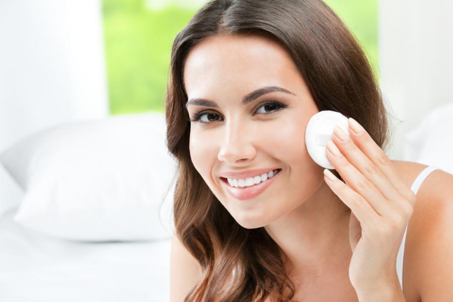 Niepokorna tłusta cera – najlepsze triki makijażowe i pielęgnacyjne