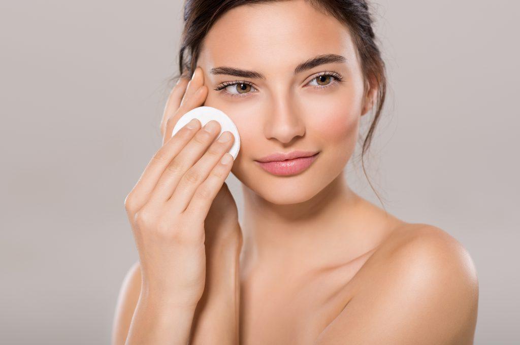 Wieloetapowe oczyszczanie twarzy. Czy to ma sens?