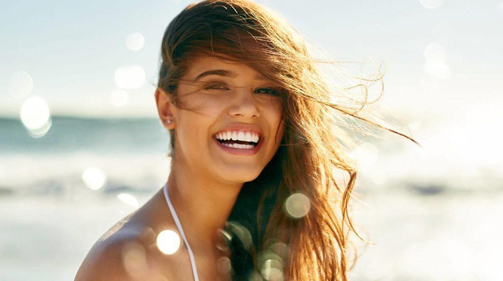 Jak dbać o włosy latem? Filtry UV, zioła światłouczulające i henna